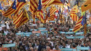450 000 personnes ont manifesté à Barcelone, samedi 21 octobre, pour réclamer la libération de deux leaders indépendantistes. (PAU BARRENA / AFP)