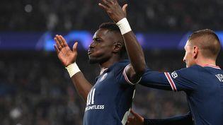 Le milieu parisien Idrissa Gana Gueye célèbre son but contre Manchester City, mardi 28 septembre. (FRANCK FIFE / AFP)
