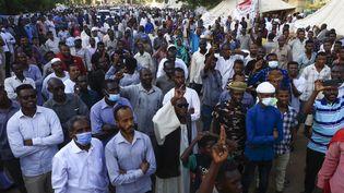 Le 17 octobre 2021, des centaines de manifestants dans les rues de Khartoum réclament le départ du gouvernement de transition, et le retour des militaires au pouvoir. (ASHRAF SHAZLY / AFP)