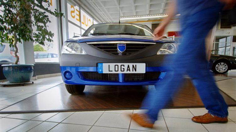 Une Logan chez un concessionnaire Renault (© AFP PHOTO MYCHELE DANIAU)