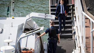 Emmanuel Macron monte dans une navette des douanes pour rejoindre le ministère de l'Economie après sa démission, le 30 août 2016 à Paris. (LIONEL BONAVENTURE / AFP)