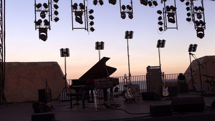 La scène du Théâtre de la Mer, à Sète, durant le festival Jazz à Sète (17 juillet 2018) (GUILLAUME BONNEFONT / MAXPPP)