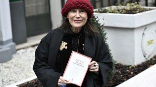 """L'écrivaine Irène Frain pose avec son livre """"Un crime sans importance"""", prix Interallié 2020, le 3 décembre. (STEPHANE DE SAKUTIN / AFP)"""