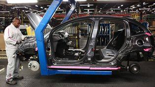 La chaîne d'assemblage de la Citroën C3 à l'usine PSA de Poissy (Yvelines), le 29 novembre 2010. (MAXPPP)