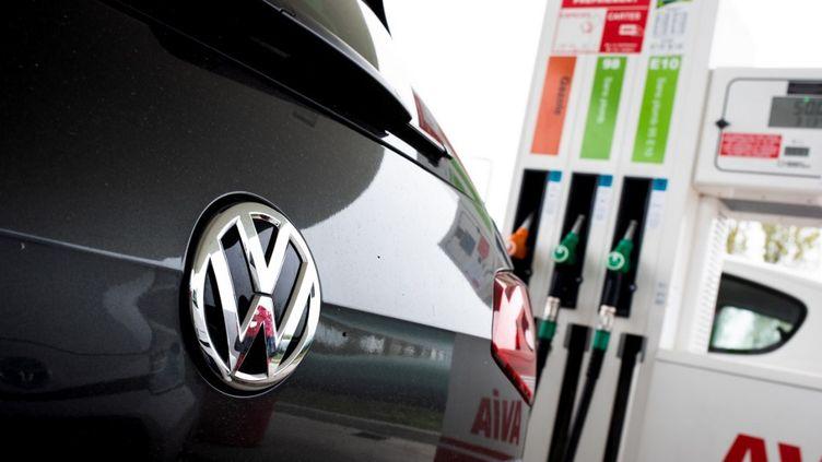 La voiture Volkswagen devant une station essence, le 27 octobre 2017. (JULIETTE PAVY / HANS LUCAS / AFP)