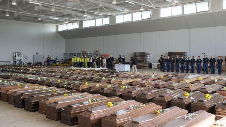 Les cercueils contenant les corps des migrants à Lampedusa (Italie), le 9 octobre 2013. (ROBERTO SALOMONE / COMMISSION EUROPEENE / AFP)