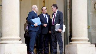 Le ministre du Travail, Michel Sapin (à gauche), le président François Hollande et l'ancien ministre délégué au Budget, Jérôme Cahuzac, sur le perron de l'Elysée, le 4 janvier 2013. (BISSON BERNARD / JDD / SIPA)