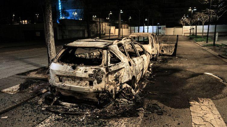 Des voitures brûlées dans le quartier Parilly à Bron (métropole de Lyon), le 6 mars 2021. (OLIVIER CHASSIGNOLE / AFP)