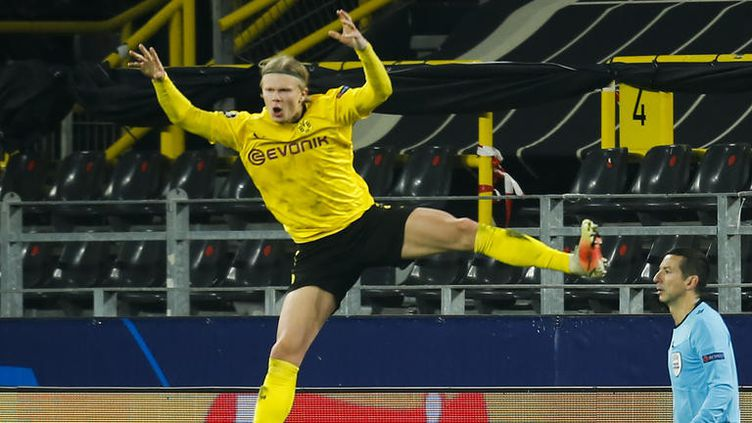 Erling Haaland célèbre la qualification du Borussia Dortmund pour les quarts de la finale de la Ligue des champions de football, le 9 mars 2020. (LEON KUEGELER / AFP)