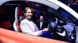 Ségolène Royal pose dans une voiture électrique Renault, le 1er octobre 2016, au Salon de l'automobile, à Paris. (MIGUEL MEDINA / AFP)