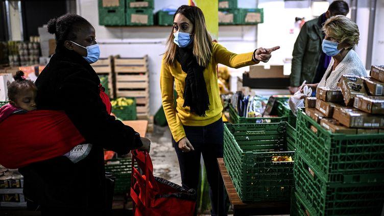 """Une distribution d'aide alimentaire des """"Restos du Coeur"""" à Paris, le 13 octobre 2020. (CHRISTOPHE ARCHAMBAULT / AFP)"""