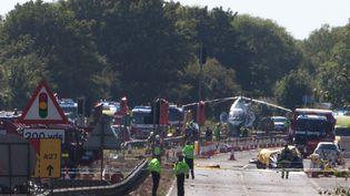 La route A27, dans le sud du Royaume-Uni, est bloquée après le crash d'un avion survenu lors d'un meeting aérien qui a fait 7 morts, le 22 août 2015. (SEAN HAWKEY / AFP)