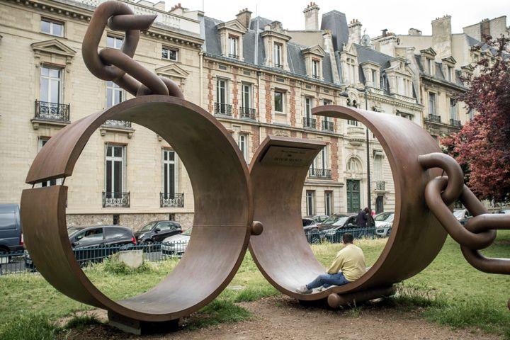 """La """"Sculpture des fers brisés"""" de l'artiste Driss Sans-Arcidet, en hommage au général Alexandre Dumas, place du Général Catroux à Paris 17e (BRUNO LEVESQUE / MAXPPP)"""