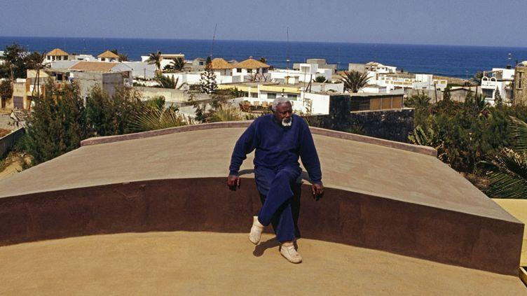 Ousmane Sow sur le toit de sa maison à Dakar  (Béatrice Soulé / Roger Violet / ADAGP)