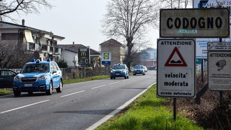Des voitures de la police italienne patrouillent dans la ville placée en quarantaine de Codogno le 23 février 2020. (MIGUEL MEDINA / AFP)