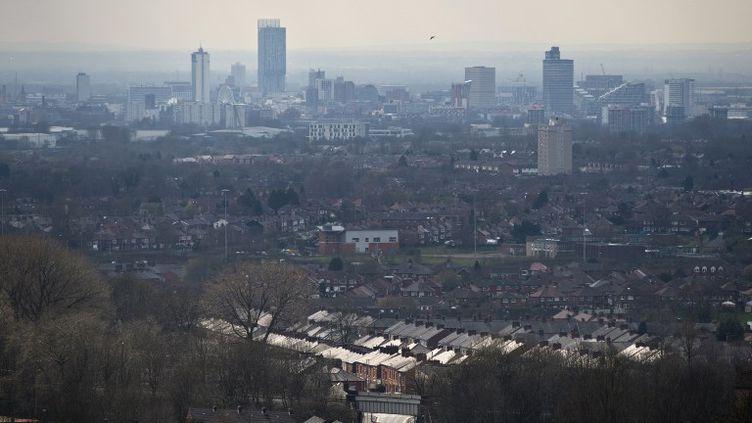 Depuis Oldham, vue sur les tours, au loin, de Manchester. (OLI SCARFF / AFP)