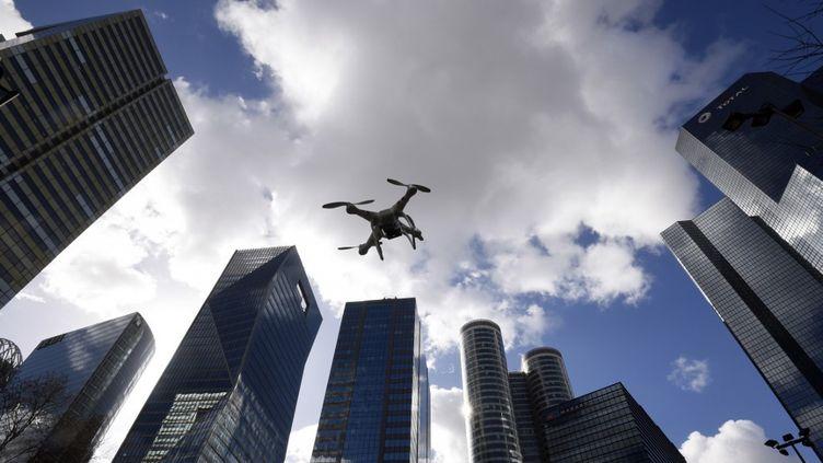 Un drone survole le quartier d'affaires de La Défense, à Paris. (DOMINIQUE FAGET / AFP)