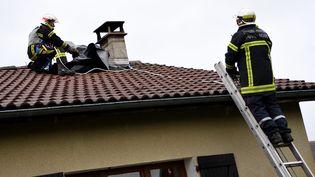 Des pompiers interviennent sur la commune de Celles-sur-Durolle (Puy-de-Dôme), le 20 décembre 2019, après des vents violents. (MAXPPP)
