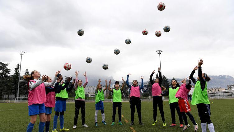 La fédération souhaite favoriser la pratique du football par le plus grand nombre d'enfants. (JEAN-PIERRE CLATOT / AFP)