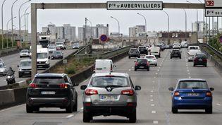 Les voitures circulent sur le périphérique de Paris,le 24 avril 2020. (THOMAS COEX / AFP)