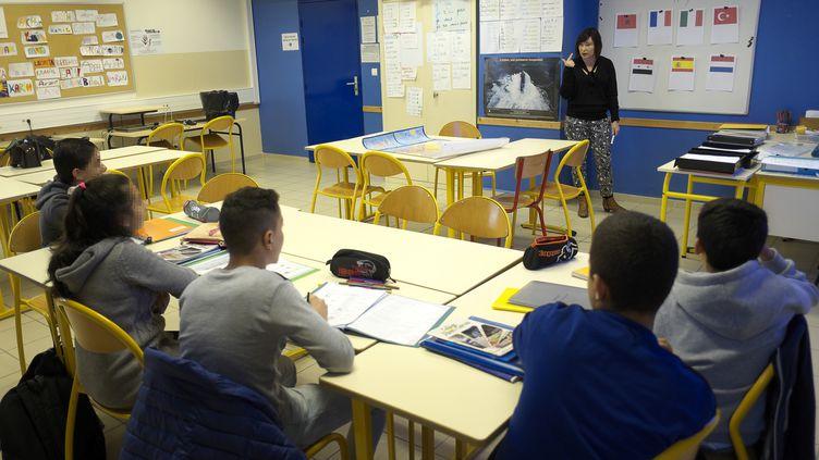 En 2016, plus de 50 000 enfants migrants avaient fait leur rentrée dans le système scolaire français. Ici, lors d'un cours de français au collège Albert-Camus de Mirama (Bouches-du-Rhône). (BORIS HORVAT / AFP)