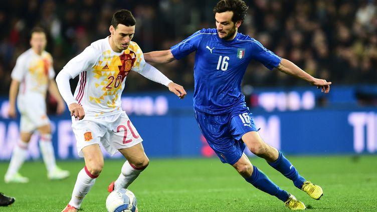 L'Espagnol Aduriz face à l'Italien Marco Parolo (GIUSEPPE CACACE / AFP)