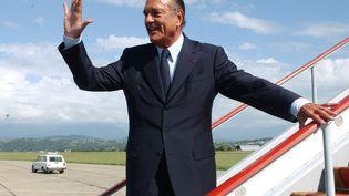 L'ancien président Jacques Chirac salue la foule en montant dans son avion, le 31 août 2004, à Sotchi (Russie). (VLADIMIR RODIONOV / SPUTNIK / AFP)