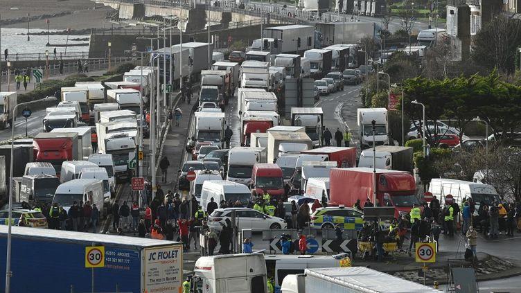 Les chauffeurs tentent d'entrer dans le port toujours bloqué de Douvres (Kent), dans le sud-est de l'Angleterre, le 23décembre 2020. (JUSTIN TALLIS / AFP)