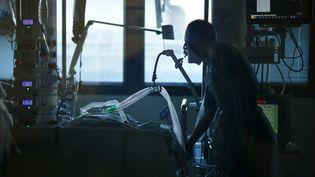 Un patient traité au centre hospitalier de Valenciennes (Nord), le 9 novembre 2020. (MAXPPP)