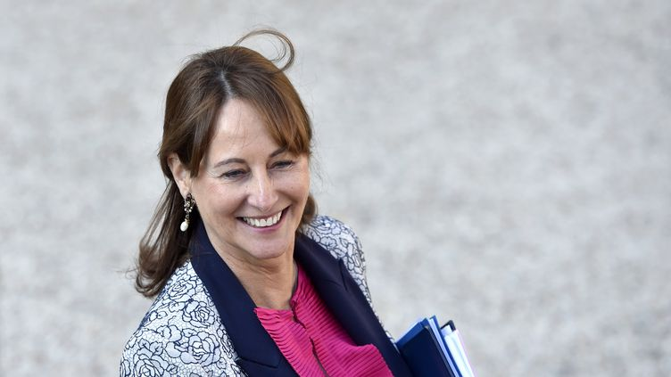 La ministre de l'Environnement, Ségolène Royal, sourit en quittant l'Elysée à Paris, le 12 octobre 2016. (ALAIN JOCARD / AFP)