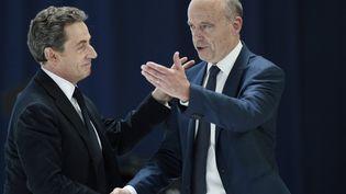 Nicolas Sarkozy et Alain Juppé, le 30 mai 2015, lors du congrès fondateur des Républicains, à Paris. (CHARLY TRIBALLEAU / AFP)