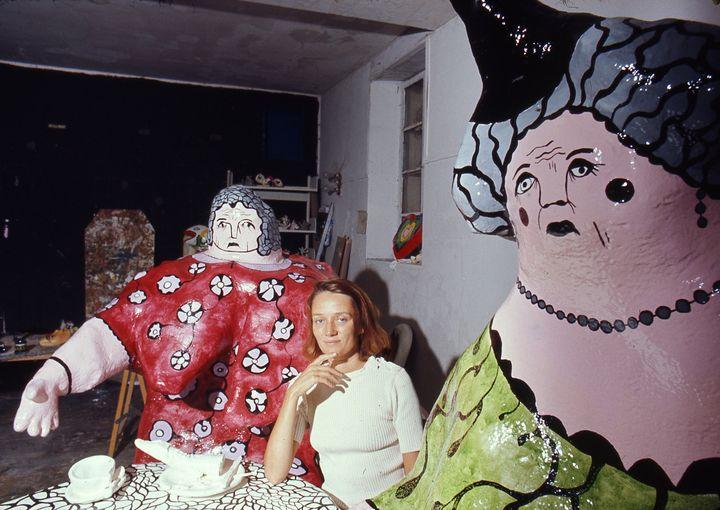 Niki de Saint Phalle à table avec ses nanas, Soisy sur Ecole, 1971 (©RobertDOISNEAU/GAMMARAPHO)