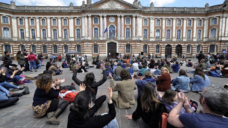 Rassemblement du collectif Nuit debout place du Capitole, à Toulouse, dimanche 15 mai. (MAXPPP)