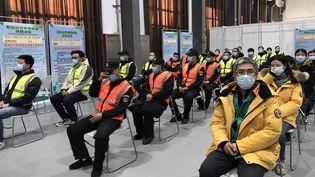 Des patients attendent d'être pris en charge dans un musée transformé en centre de vaccination contre la Covid-19, dans le district de Chaoyang à Pékin, le plus peuplé de la capitale (DOMINIQUE ANDRÉ / RADIOFRANCE)
