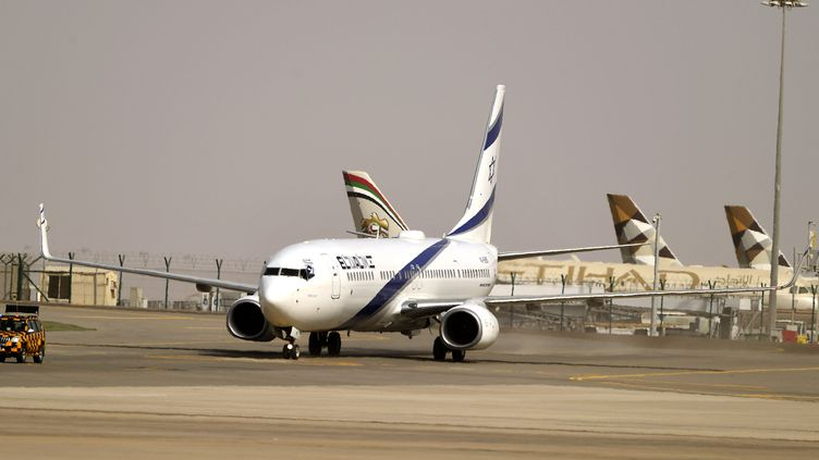 Un avion de la compagnie israélienne EI AI sur le tarmac de l'aéroport d'Abou Dhabi, le 31 août 2020. (KARIM SAHIB / AFP)