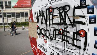 """""""Nanterre occupée"""", inscription à l'entrée de l'université de Nanterre, le 16 avril 2018 (ETIENNE LAURENT / MAXPPP)"""