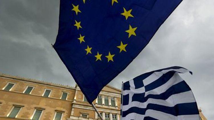 Les drapeaux européen et grec lors d'une manifestation pro-européenne à Athènes le 30 juin 2015 (AFP - Yannis Behrakis)