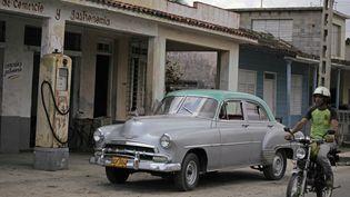 Une voiture devant une pompe à essence, à La Havane, à Cuba, le 12 avril 2011. (DESMOND BOYLAN / X00037)