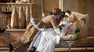 """Eléonore PANCRAZI (Cherubin)etVannina SANTONI (La Comtesse Almaviva) dans """"Les noces de Figaro"""" de Mozart au Théâtre des Champ-Elysées. (VINCENT PONTET)"""
