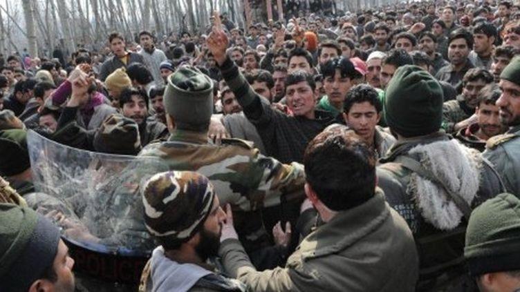 District cachemiri du Baramulla, à 75 km de Srinagar, le 11 février 2012. Des villageois manifestent après la mort d'un homme tué devant chez lui par l'armée indienne. (AFP PHOTO/Rouf BHAT)