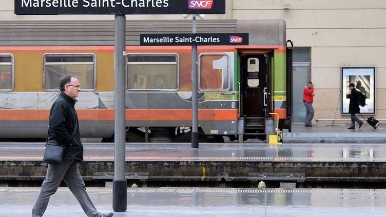 Un train en gare de Marseille Saint-Charles, le 5 décembre 2014. (BORIS HORVAT / AFP)