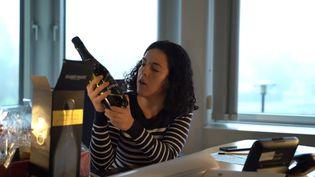La députée européenne Manon Aubry montre la bouteille de mousseux offerte par la diplomatie russe. (CAPTURE D'ÉCRAN YOUTUBE)