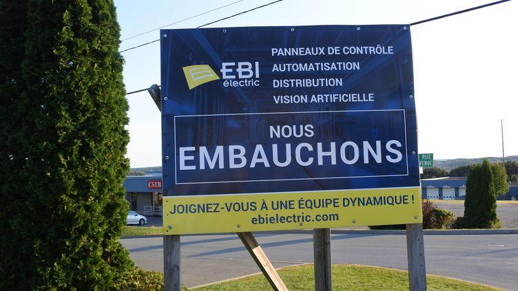 Un panneau dans la ville de Saint-Georges, à 300 kilomètres au nord-est de Montréal (Québec), le 24 septembre 2018. (CLEMENT SABOURIN / AFP)