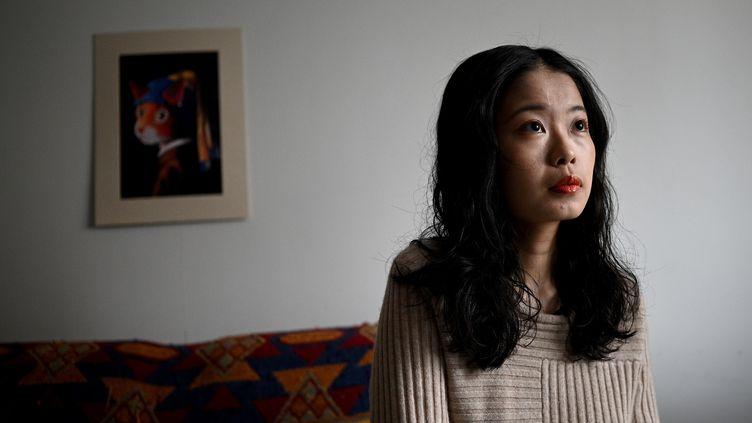 Zhou Xiaoxuan répond à des questions lors d'une interview chez elle à Pékin le 2 décembre 2020. (NOEL CELIS / AFP)