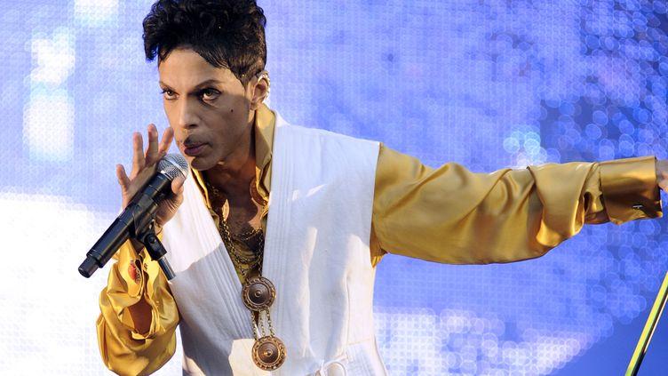 Prince lors d'un concert au Stade de France, à Saint-Denis (Seine-Saint-Denis), le 30 juin 2011. (BERTRAND GUAY / AFP)