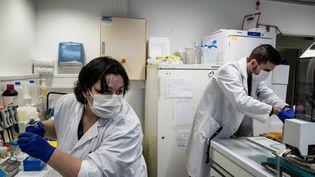 Des scientifiques travaillent sur les variants du virus à l'hôpital de la Croix-Rousse, le 14 janvier 2021, à Lyon. (JEFF PACHOUD / AFP)