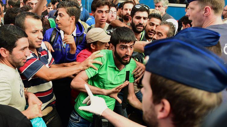 Des migrants se heurtent à des policiers dans une gare de Budapest (Hongrie), mardi 1er septembre 2015. (ATTILA KISBENEDEK / AFP)