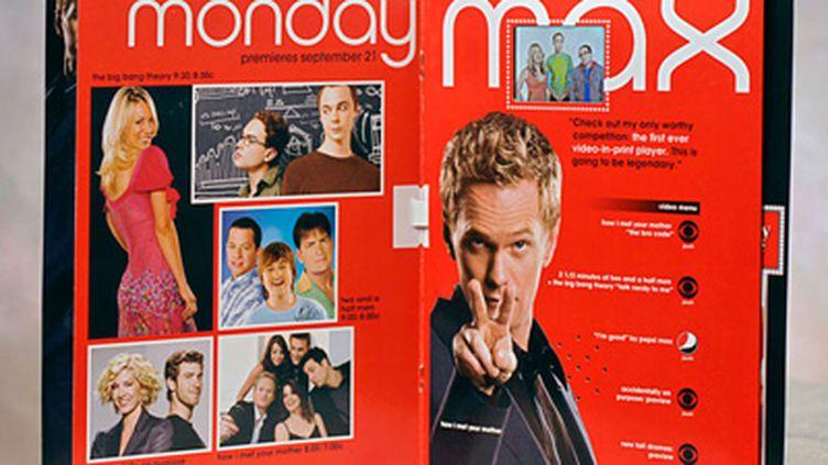 Aperçu d'une double page de magazine avec publicité vidéo (l'écran est entouré de pointillés, sur la page de droite) (© DR)