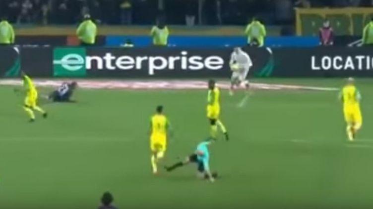 Le tacle de Tony Chapron lors de Nantes - PSG