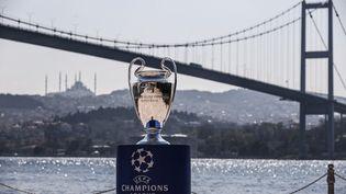 Le trophée de la Ligue des champions à Istanbul, sur les bords du Bosphore le 21 avril 2021. (ONUR COBAN / ANADOLU AGENCY)